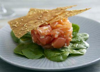 Recette de Tartare de saumon, pousses d'épinard et chips croustillantes