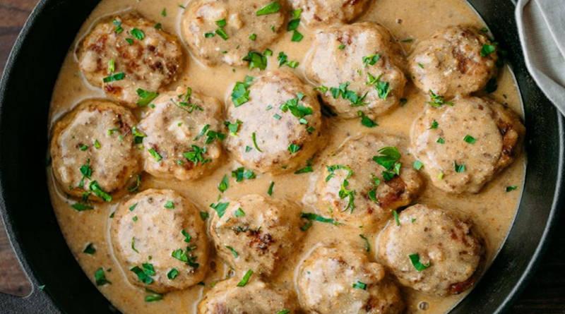Boulettes de poulet dans une sauce crémeuse