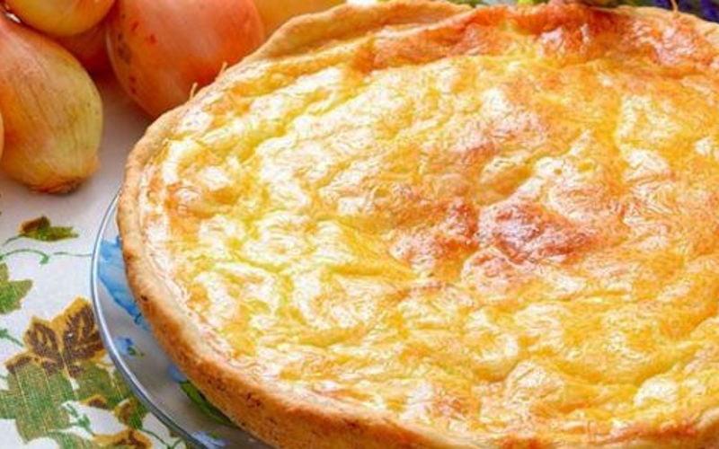 Tarte à l'oignon et au fromage blanc d'Alsace: Simple, pratique et savoureuse, on accompagne cette tarte salée d'une salade verte pour un repas complet.