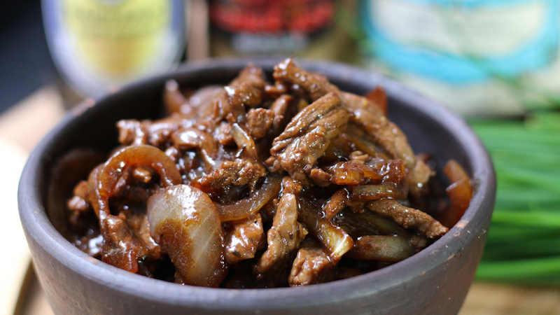 Bœuf aux oignons sauté plein de saveur