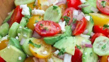 la salade de tomates, concombre et avocat