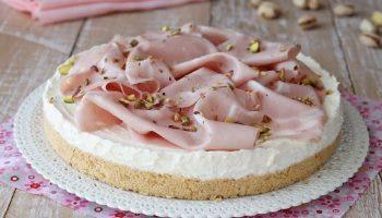 Cheesecake salé à la mortadelle et pistaches