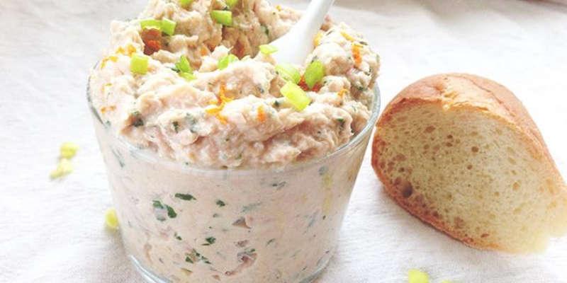 Rillettes de thon gourmande : Découvrez la recette de Rillettes de thon, une tartinade fraîche et gourmande à étaler sur des toasts ou des croûtons. Une recette simple à réaliser. Ingrédients : Petite boite de thon au naturel égouttée : 1 Fromage frais : 150 g Huile d'olive : 1 cuil. à soupe Gouttes de jus de citron (un peu) Brins de ciboulette (un peu) Sel Poivre Préparation Rillettes de thon gourmande: Rincez la ciboulette, égouttez-la et ciselez-la finement, ensuite Mettez le thon égoutté et émietté dans un bol Ajoutez le fromage frais, l'huile d'olive, la ciboulette, un peu de jus de citron, du sel et du poivre. Mélangez à la fourchette jusqu'à l'obtention d'une pâte homogène Placez au frais jusqu'au moment de servir